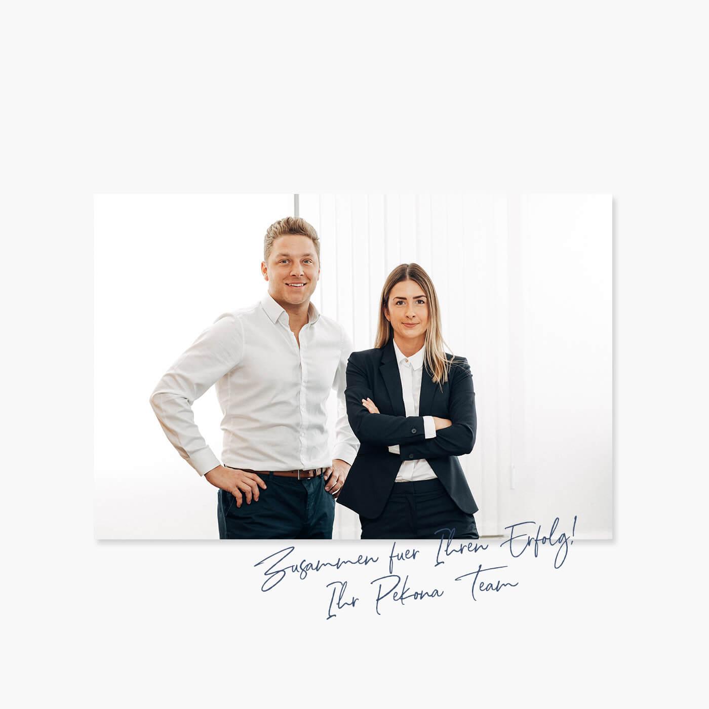 Das Bild zeigt zwei Immobilienmakler aus dem Pekona Immobilienbüro Schwabach.