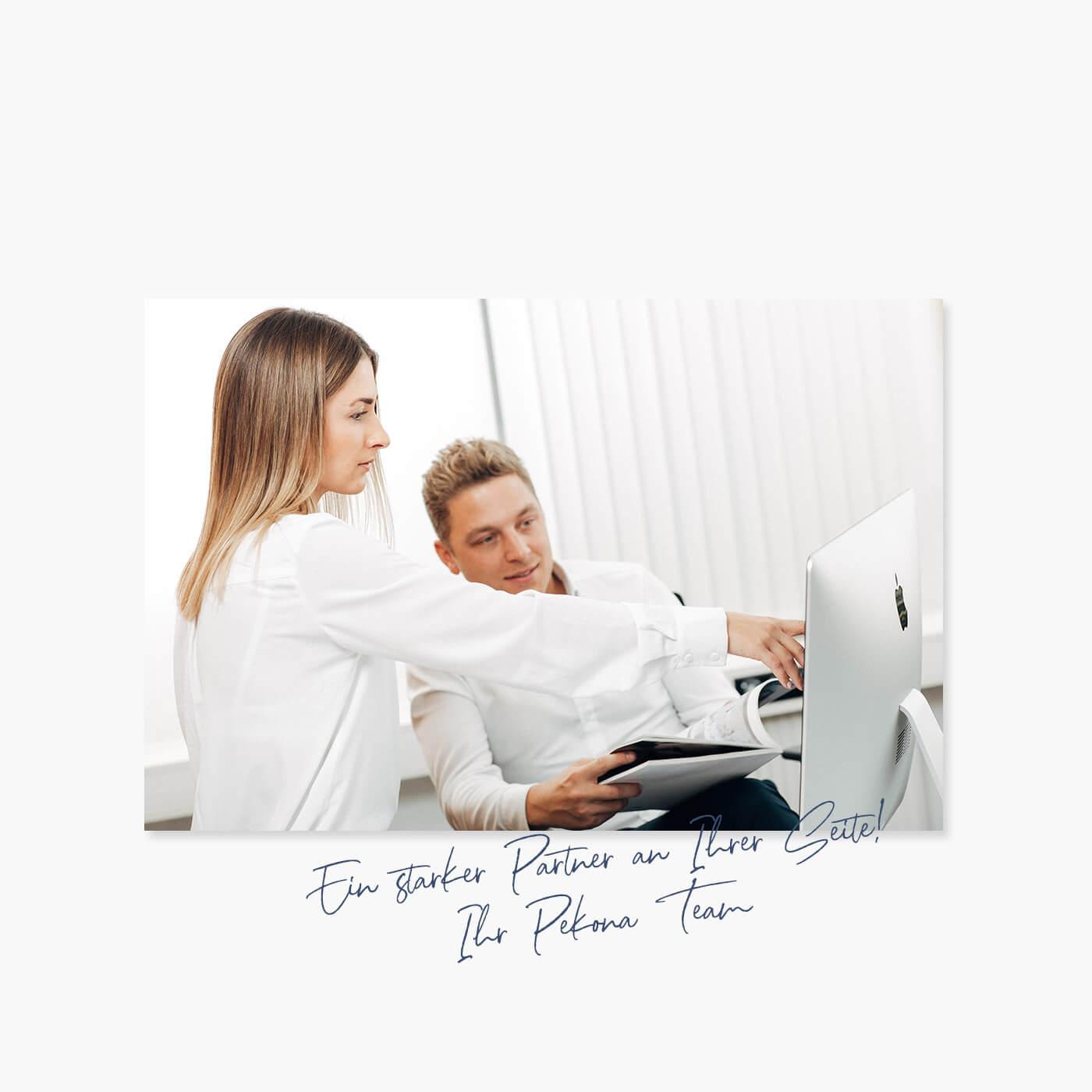 Auf dem Bild sieht man zwei Menschen am Bildschirm arbeiten.